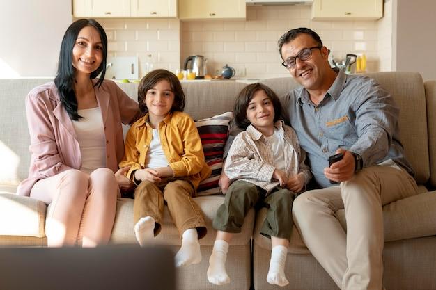 집에서 함께 tv를 보는 가족