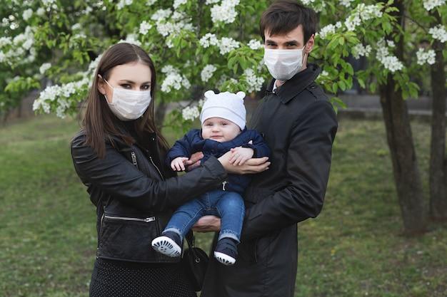 바이러스 코비드-19를 방지하기 위해 보호 의료 마스크를 쓴 가족