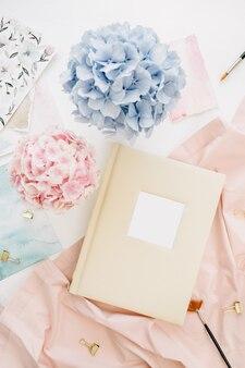 가족 결혼식 사진 앨범, 파스텔 화려한 수국 꽃다발, 복숭아 담요, 흰색 표면 장식
