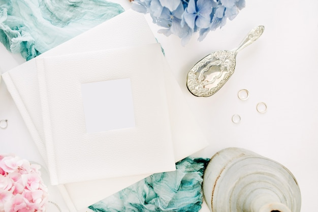 家族の結婚式のフォトアルバム、パステルカラーのカラフルなアジサイの花の花束、ターコイズブルーの毛布、白い表面の装飾