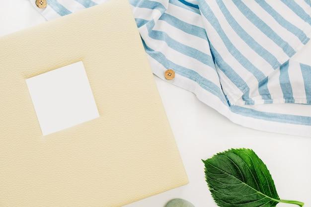 家族の結婚式の写真アルバム、白い表面に縞模様の毛布