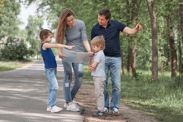 길가에 도로지도 서있는 가족.