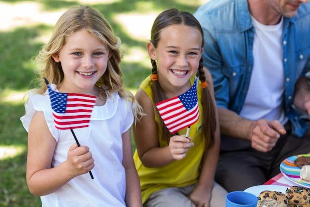 Семья с американским флагом на пикнике