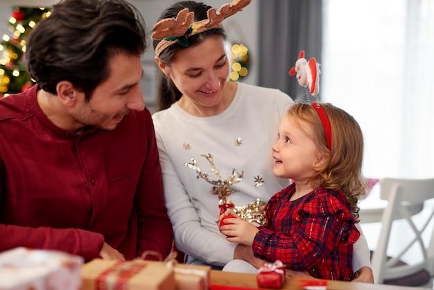 Famiglia con bambino nel periodo natalizio