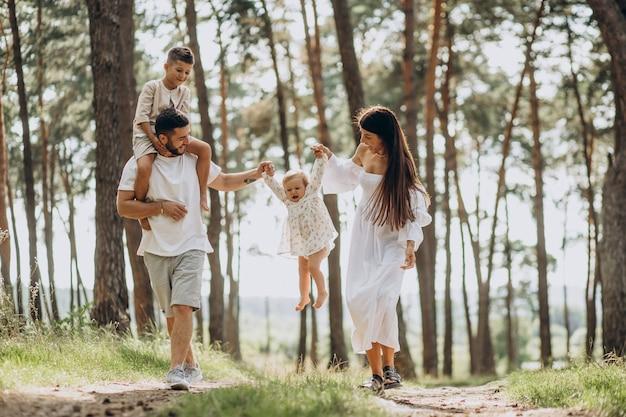 公園で赤ん坊の娘と幼い息子を持つ家族
