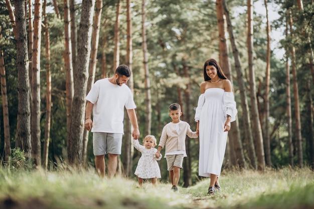 Семья с маленькой дочкой и маленьким сыном в парке