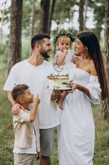 생일 파티를 축하하는 아기 소녀와 어린 아들이 있는 가족