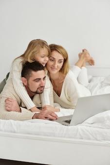 Семья с ребенком, глядя на ноутбук