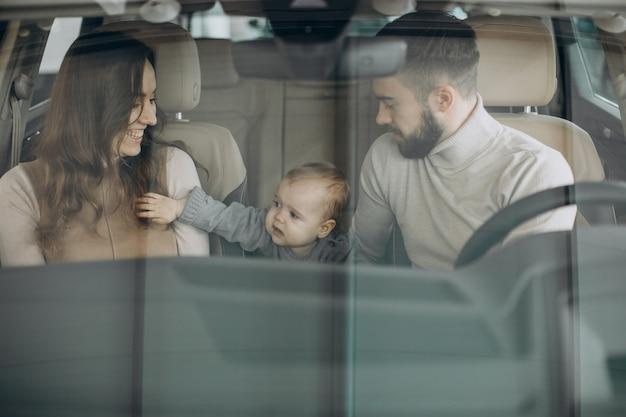 Семья с девушкой bbay выбирает машину в салоне автомобиля