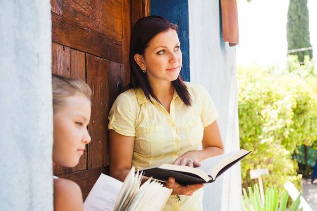 家の外の本を持つ家族