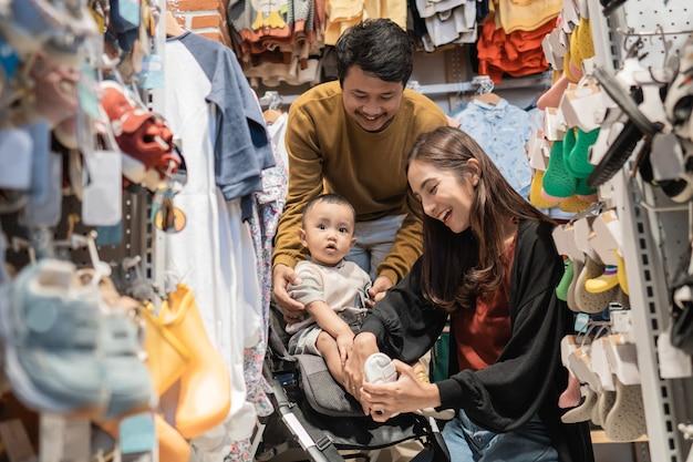 ベビーショップで商品を買い物する子供連れの家族
