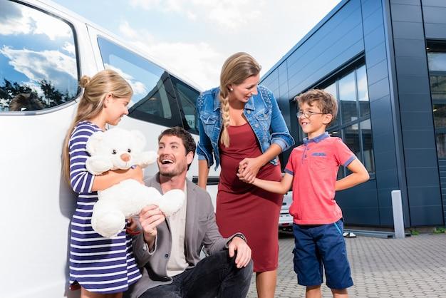 Семья с детьми покупает авто у автодилера