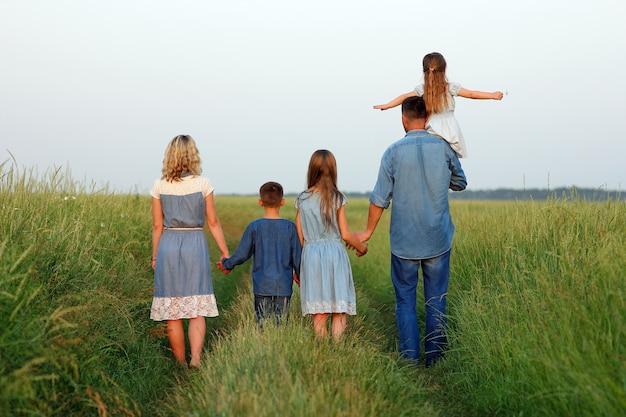 フィールドコンセプトの近くに子供を持つ家族が一緒に関係
