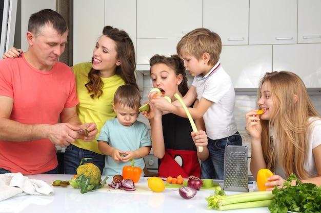 Семья с детьми приготовила еду на обед