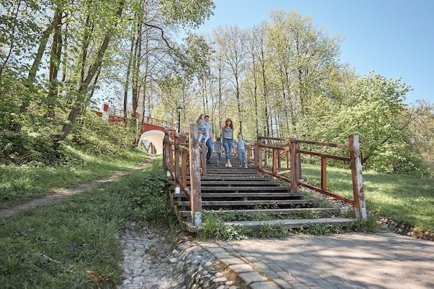 Семья с детьми гуляет в солнечном парке. праздники и путешествия