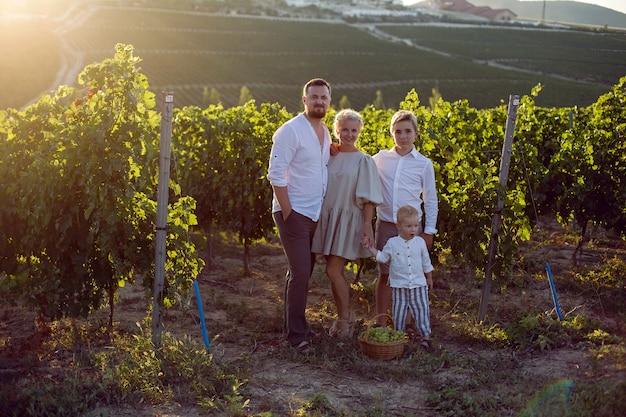 Семья с детьми в винограднике