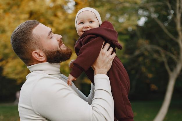 귀여운 딸과 함께 가족. bbrown 스웨터에 아버지. 아빠와 어린 소녀입니다.