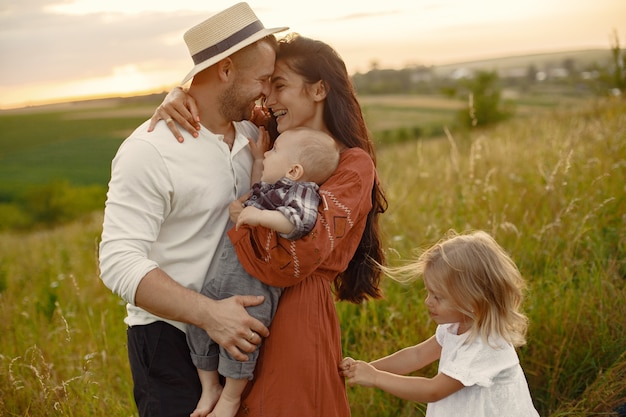 かわいい小さな子供連れのご家族。白いシャツの父。