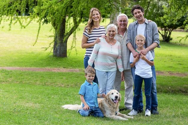 Семья с собакой в парке