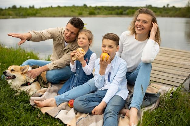 屋外で犬と家族
