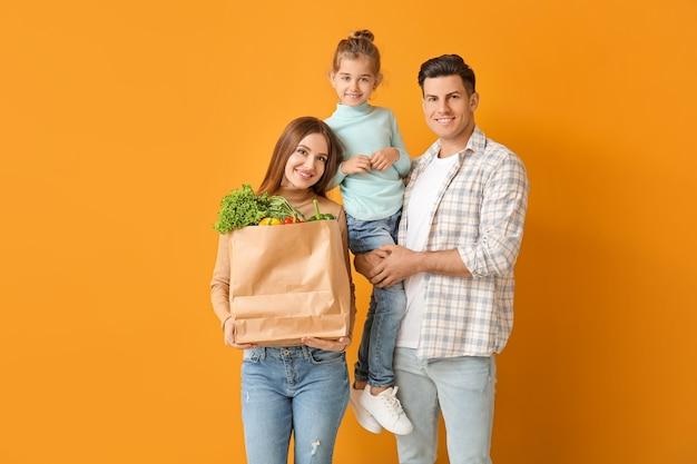 色の袋に食べ物を持っている家族