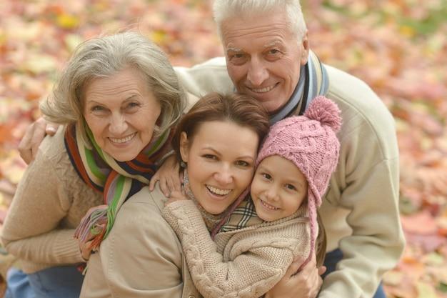 가을 공원에서 조부모와 어린 소녀와 가족