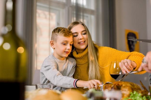 感謝祭のディナーを食べている子供たちと家族