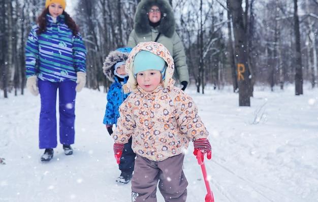 雪の降る週末にウィンターパークで子供連れの家族