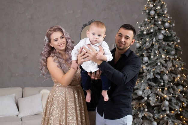 家で一緒に時間を楽しんでいる小さな赤ちゃんを持つ家族