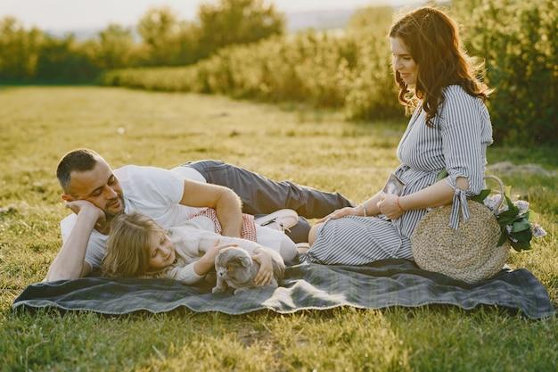 Семья с маленькой дочерью, проводящей время вместе в солнечном поле