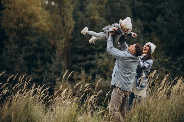 楽しい秋の天気で一緒に小さな娘と家族