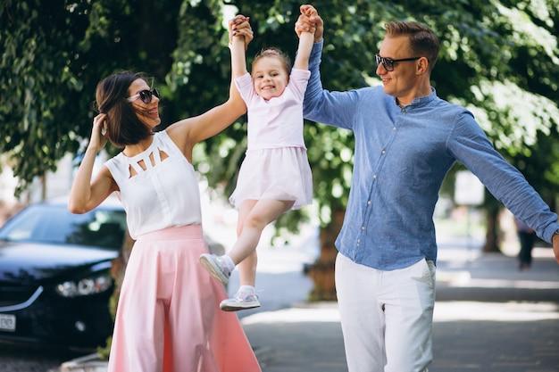 Семья с маленькой дочкой вместе в парке