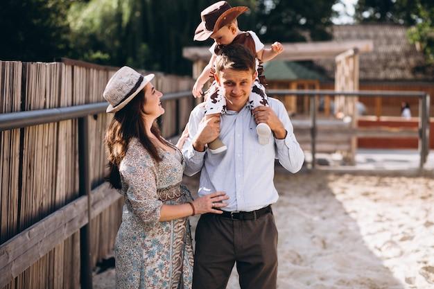 Семья с маленьким сыном на ранчо