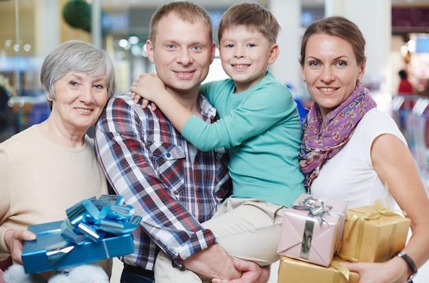 Семья с большим количеством подарков