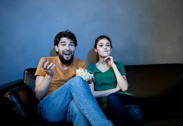 Tv 영화를 보고 소파에 앉아 팝콘과 가족