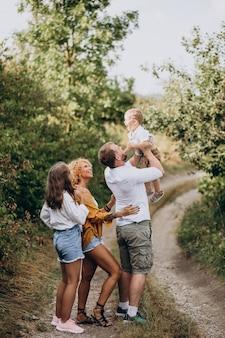 息子と娘が公園で一緒に家族