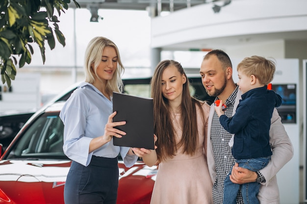 車のショールームで車を選ぶの息子と家族