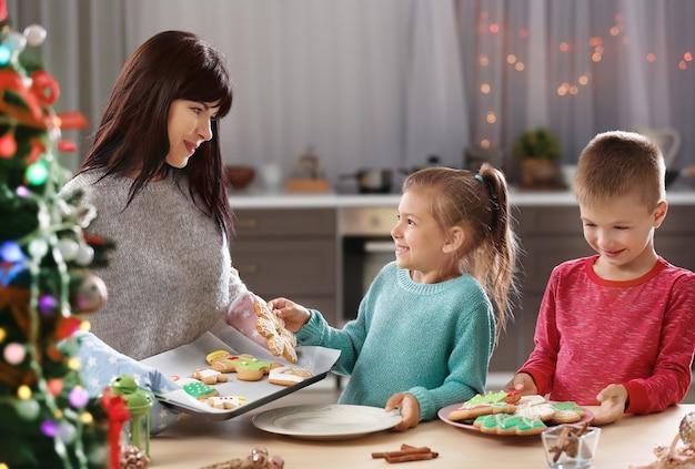 부엌에서 맛있는 크리스마스 쿠키를 가진 가족