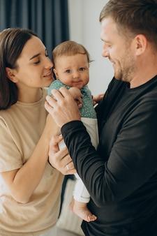 Famiglia con la loro bambina a casa