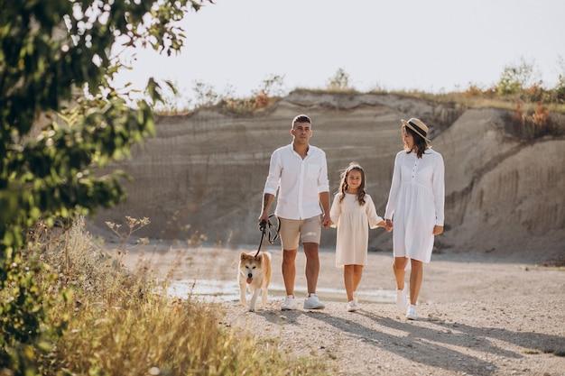 Семья с дочерью и собакой выходит