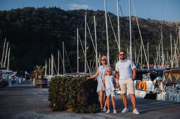 釣りに行く途中の夏の湖の桟橋で娘と家族。