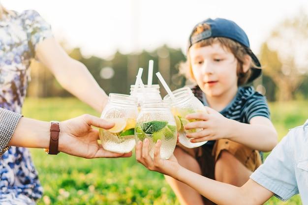 Семья с двумя детьми летний пикник на природе