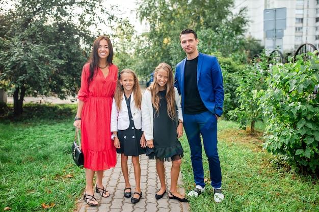 学校に戻る2人の子供を持つ家族