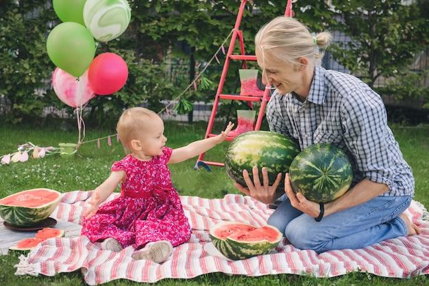 Семья с арбузом на пикнике