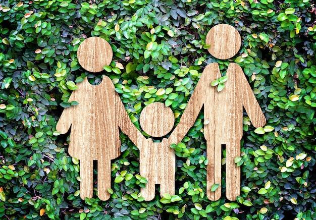 Семейный деревянный значок на стене из зеленого листа, эко-концепция