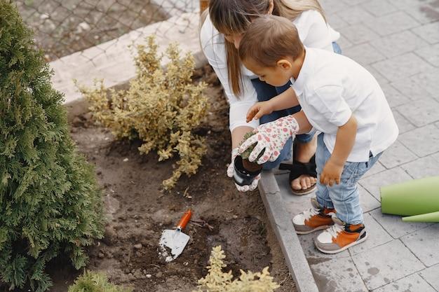 Семья работает в саду возле дома