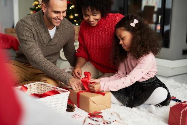 Regalo di confezionamento e decorazione della famiglia