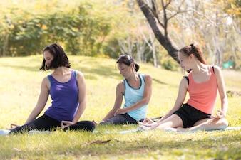 Семейная йога в парке