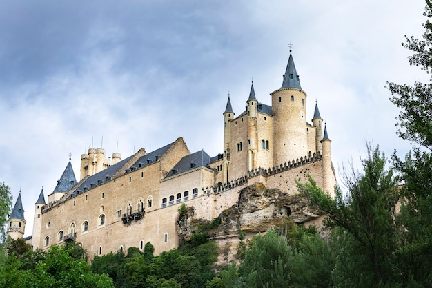 Знаменитый замок алькасар в сеговии, кастилия и леон, испания.