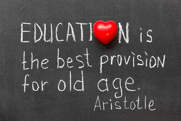 칠판에 손으로 쓴 교육에 대한 유명한 고대 그리스 철학자 아리스토텔레스의 인용문